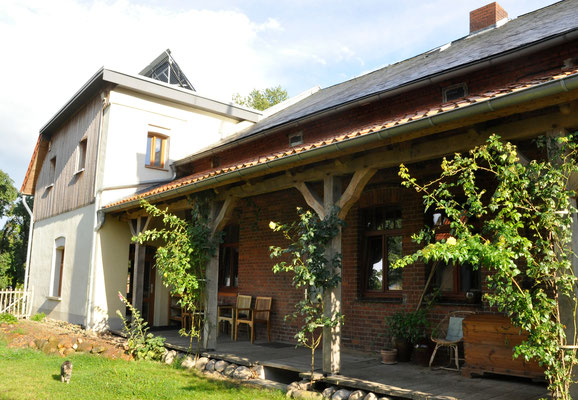Hof der Herberge mit Holzveranda (08_2020)