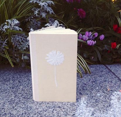 ミドリカンパニーのMDノート使用。表紙のカバーを取り、白い紙で花を切り抜いて貼りました。