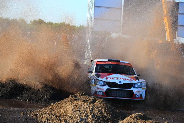 Dominik Dinkel gewinnt die Rallye Sulingen und lässt die Gegner im Regen stehen