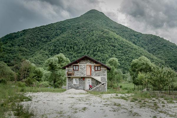// ADOPTEE PAR JULIETTE // 40x60 cm - Les Balkans : sur la route entre Bihac et Jajce en Bosnie