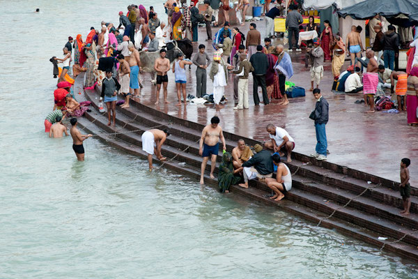 Ablutions dans le Gange à Haridwar