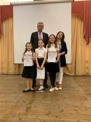 Победители конкурса по испанскому языку с учителем Королевой А.А. и атташе по образованию Посольства Испании в РФ