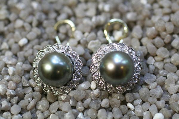 Ohrclips mit Tahiti-Perlen, umrandet von Brillanten in geschwungenen Verschnittfassungen