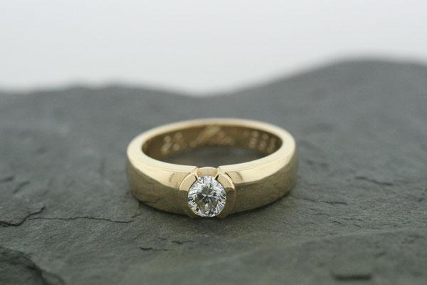 Ring aus Gelbgold mit einem Brillanten in Zargenfassung