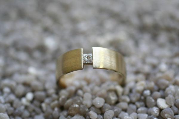 Ring aus Gelbgold mit eingespanntem Prinzessdiamant