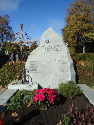 Grabdenkmal aus Raurieser Granit mit geschmiedetem Feldkreuz