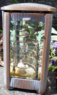 Lampenschutzbecher mit Dekoration als Beispiel in einer Laterne