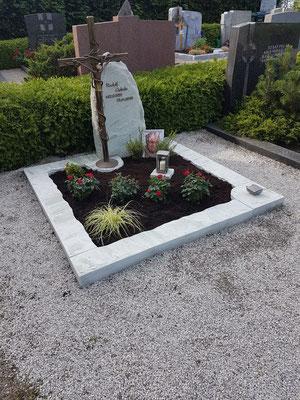 Grabdenkmal aus Splügen Quarzit mit einem selbstgestalteten schmiedebronzenen Kreuz