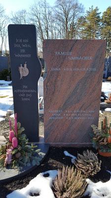 Grabdenkmal in Indian Black und Multicolor rot mit einem Symbol der Auferstehung passend zum Spruch