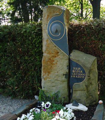 Basaltstele für ein verstorbenes Kind mit der gebrochenen Lebensscheibe, der Kreis ist das Symbol für die Einheit und das Dreieck symbolisiert die Auflösung der Gegensätze