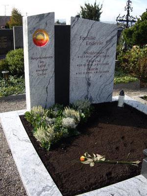 Grabdenkmal Viskont White mit einem Mittelstück aus Nero Assoluto und mit eingearbeiteter Glasscheibe für das Licht ewiger Liebe