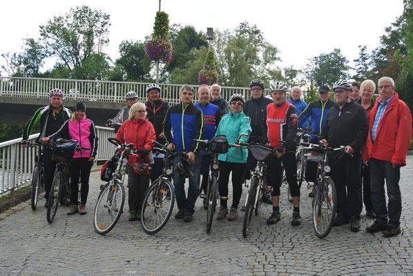 Die Radler vor der Pithiviers-Brücke in Burglengenfeld