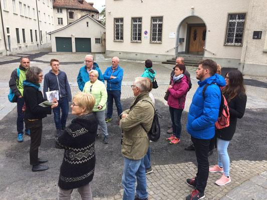 Eine Gruppe bei der Stadtführung in St. Gallen