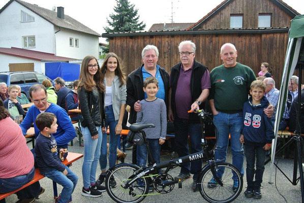 Edgar Marschall, der glückliche Gewinner des Rades (3. von re.) mit Vorstand Richard Stoiber,  Franz Schruf, sowie den Glücksfeen Laura und Sophia Strähuber