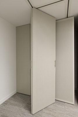 Détail de panneaux coulissants acoustiques, Bureaux, Paris 10, 2014, Architectes: Guillaume Cariou et Cedric Hurstel / JLL .