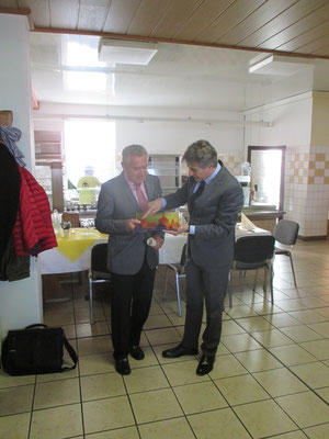 – Stadtrat Manfred Kuge und Dr. Nicola Bianchi, Stadtrat  von Lonato del Garda beim Austausch von Gastgeschenken 2016