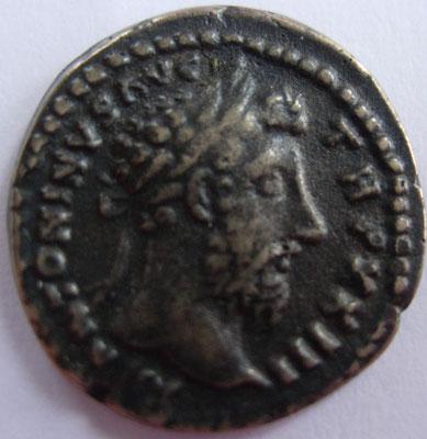 imitation en argent denier Marc Aurèle frappé à Rome en 169, 2,62 g, A/ M ANTONINVS AVG TR P XXIII