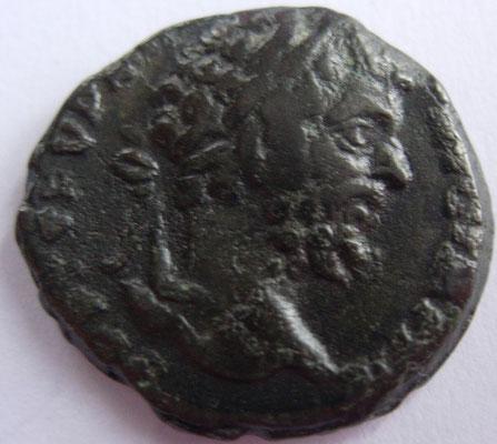 imitation denier de Septime Sévère frappé à Rome en 197, 3,03 g, A/ SEVERVS (--)