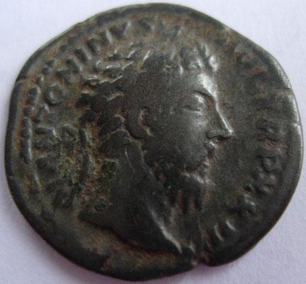 imitation en argent denier Marc Aurèle frappé en 168 à Rome, 2.13 g, A/ ANTONINVS AVG TR P XXII