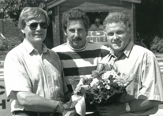 Jochen Vollmer (re) wird geehrt - 1993