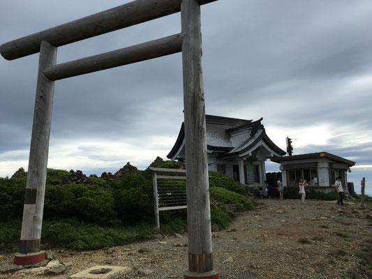 山頂には神社が有りました。