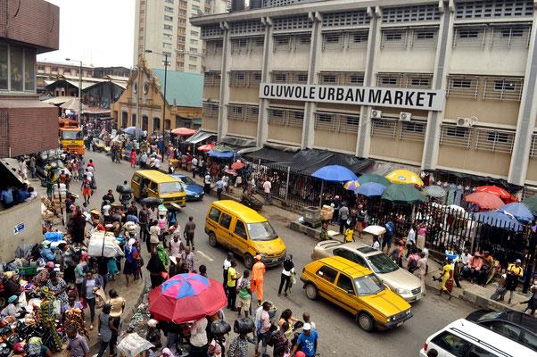 <b>Agwu Igiri Akwari: Ohne Titel.</b> Der neue Oluwole Markt auf Lagos Island verbindet den Balogun- und den Idumota-Markt.