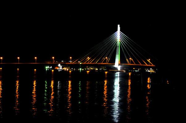 """<b>Agwu Igiri Akwari: Ohne Titel.</b> Ein Blick auf die Ikoyi-Brücke, eine der neueren Bauten, die von der Landesregierung """"Lagos State"""" errichtet wurde und die zwei reichsten Viertel """"Ikoyi"""" und """"Lekki Phase 1"""" verbindet."""