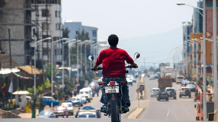 <b>Daniel Worku Kassa: Ohne Titel.</b> Wie im Flug über die Ringstraße. Wir befinden uns etwa 16 Kilometer von der Stadtmitte entfernt. Dieser Bereich ist der neue Teil der Stadt. Die Straße führt uns zu den ruhigeren Vororten.