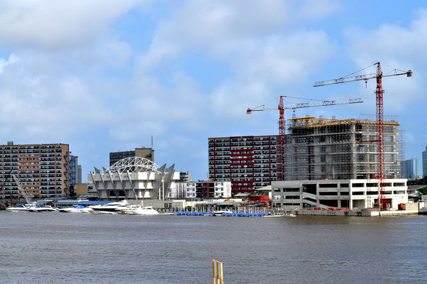 """<b> Agwu Igiri Akwari: Die Skyline von Victoria Island.</b> Die Skyline vom Stadtteil Lekki aus gesehen mit den Firmensitzen verschiedener multinationaler Unternehmen, einschließlich """"Mobil Oil Nigeria PLC"""" und """"Oriental Hotels"""" am rechten Bildrand."""