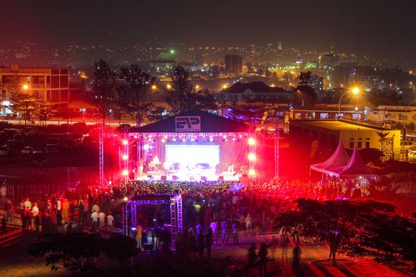<b>Kigali Up Festival 2013: Sebastian Krantz</b> Das Kigali Up Festival 2013 war ein zweitägiges Musikfestival, bei dem viele afrikanische Musiker/-innen aufgetreten sind. Das Foto zeigt die Hauptbühne mit der Stadt im Hintergrund.