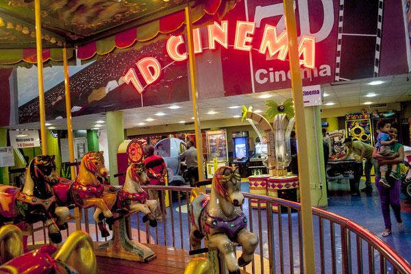 <b>Yoseph Welde Amanuel: Edna Mall.</b> Dieses Shoppingzentrum bietet verschiedene Arten von Entertainment: Von einer Spielothek für Kinder bis hin zu 3D- und sogar 7D-Kinos.