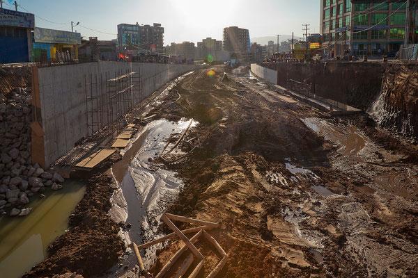 """<b>Mulugeta Gebrekidan: Addis im Wandel I.</b> Die Bilder """"Addis im Wandel"""" zeigen den Bau der neuen Zugverbindung auf der Haile-Gebresillasse-Straße."""