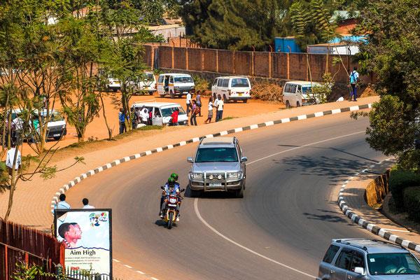 <b>Entspannung an der Nationalen Bibliothek mit einem Blick auf den neuen Busbahnhof: Sebastian Krantz</b> Im Kacyiru-Stadteil, dem politischen Zentrum von Kigali wurde dieser neue Busbahnhof errichtet. Er soll bald asphaltiert werden.