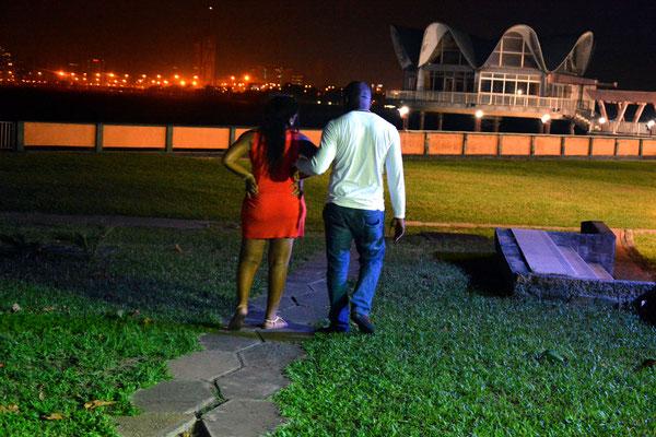 <b>Agwu Igiri Akwari: Ohne Titel</b> Ein Paar bei einem Spaziergang auf dem Gelände des Federal-Palace-Hotels im Stadtviertel Victoria Island. Sie laufen in Richtung des Offizierskasinos der Nigerianischen Armee, die im selben Viertel wie das Hotel liegt.