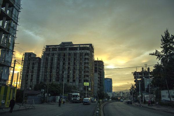 <b>Yoseph Welde Amanuel: Im Bau.</b> In Addis Abeba wird kräftig gebaut. Dies ist eine Baustelle unter dem wundervollen Himmel Addis Abebas.