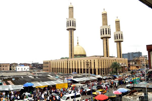 <b>Agwu Igiri Akwari: Ohne Titel.</b> Blick auf den Balogun-Markt und die Zentralmoschee in Lagos.