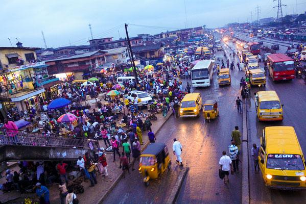 <b>Derrick Ikpoyi: Day to Day in Lagos – Alltag in Lagos.</b>Manchmal ist man damit beschäftigt, etwas zu tun oder beschäftigt, etwas nicht zu tun. Aber in Lagos ist man immer im und mit dem Großstadt-Treiben beschäftigt.