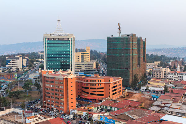 <b>Sicht auf Kigalis Stadtzentrum: Sebastian Krantz</b> Dieses Foto wurde vom Kigali City Tower aus aufgenommen, der 2014 fertiggestellt wurde. Neben dem Mount Kigali ist das Gebäude der höchste Punkt der Stadt und prägt das Aussehen der Stadt.