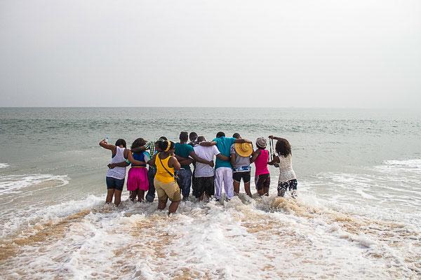 <b>Ikenna Obinna: Life on a Lagos Beach – Das Leben an Lagos' Stränden.</b> Einer der Orte in Lagos zum Spaß haben und Entspannen. Hier habe ich einen Moment eingefangen, in dem sich meine Freunde an der Küste entspannt haben.