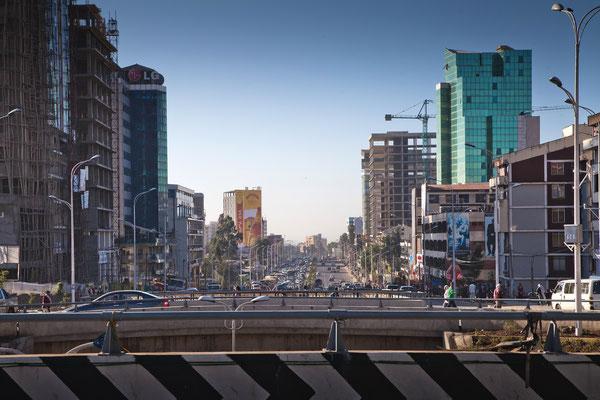<b>Mulugeta Gebrekidan: Bole Road.</b> Hier ist die Hauptstraße Addis Abebas zu sehen. Sie verbindet den Internationalen Flughafen Bole mit der Stadt.