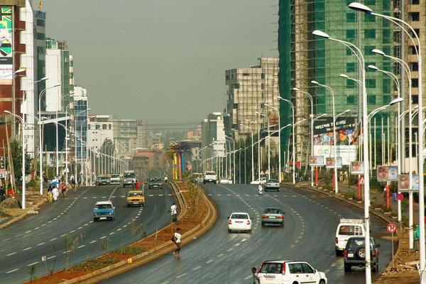 <b>Hélène Verger: Die Prachtstraße.</b> Die Prachtstraße von Addis Abeba, die Bole Road, die quer durch die Stadt verläuft. Sie wurde für das fünfzigjährige Jubiläum der African Union im Mai/Juni 2013 fertig gestellt.