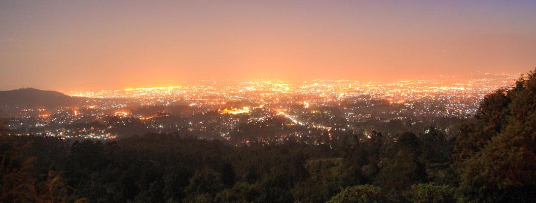 <b>Daniel Worku Kassa: Ohne Titel.</b> Die Stadt bei Nacht von dem Intoto-Berg aus gesehen, auf dem König Minilik II. und seine Frau Taitu residierten. Taitu bat den König, dort eine Stadt zu bauen. Von ihr stammt der Name der Stadt: Neue Blume.