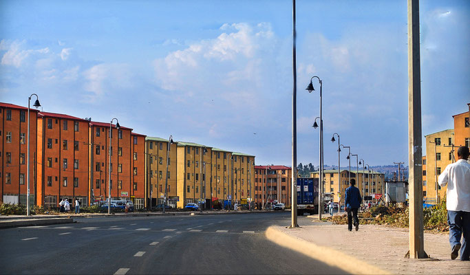 <b>Daniel Worku Kassa: Ohne Titel.</b> Das sind die neuen Wohnhäuser, die die Regierung gebaut hat. Eigentumshäuser, die etwa 25 Kilometer außerhalb des Zentrums liegen. Sie bringen Veränderungen für die Lebensbedingungen der Menschen mit sich.
