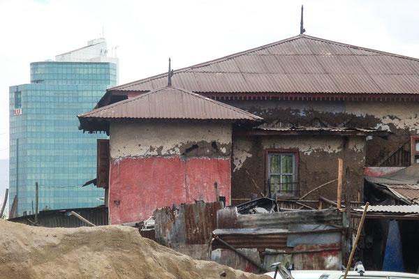 <b>Daniel Worku Kassa: Ohne Titel.</b> Das Haus im Vordergrund war eines der luxuriösen Häuser vor 70 Jahren. Das Gebäude im Hintergrund ist im Besitz des aktuell reichsten Mannes Äthiopiens und ist das bisher höchste Gebäude in Addis Abeba.