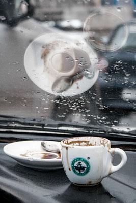 <b>Yoseph Welde Amanuel: Macchiato.</b> Macchiato hier ein beliebtes Getränk. Mittlerweile ist es fast Tradition geworden, sein Auto vor einem Café zu parken und einen Kaffee im Auto zu trinken, während man die vorbeigehenden Stadtbewohner beobachtet.