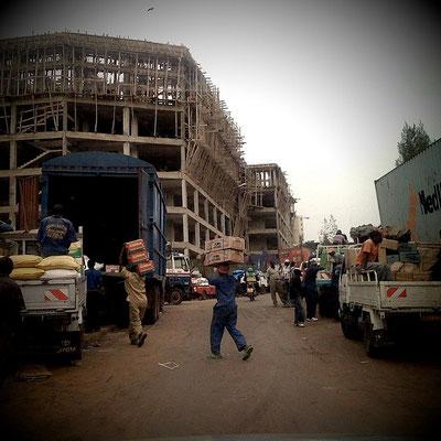 <b>Guillaume RUTEMBESA: Wir sind noch dabei, die Stadt zu bauen.</b> Baustellen und neue Gebäude prägen das Stadtbild des modernen Kigalis.