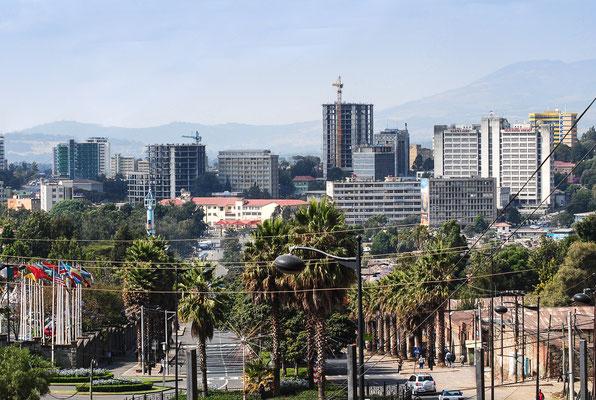 """<b>Daniel Worku Kassa: Ohne Titel.</b> Zu sehen ist das neue Stadtzentrum. Es besteht unter anderem aus der äthiopischen TV- und Radiostation, dem Krankenhaus """"Schwarzer Löwe"""", der Zentralbank und dem Postamt."""