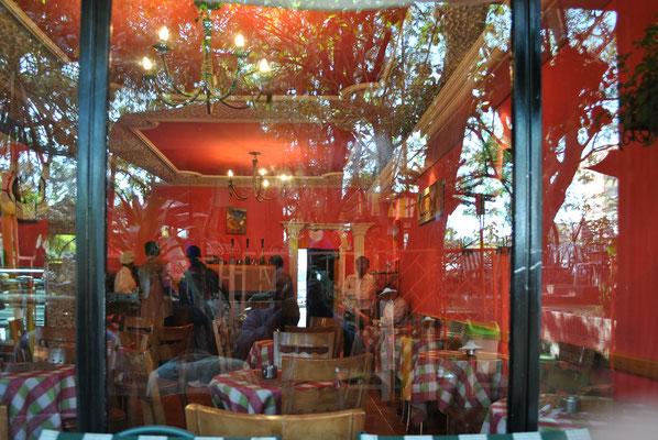 """<b>Daniel Worku Kassa: Ohne Titel.</b> Eines der beliebtesten Cafés und Restaurants in Addis. Dort kann man sitzen, sich bedienen lassen und die Gegend genießen. Es ist eine Art Mittelklasse-Café und heißt """"Romina Café und Restaurant""""."""