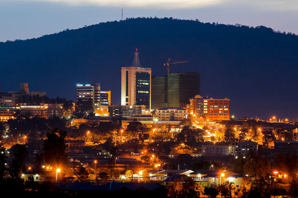 <b>Nyarugenge-Distrikt bei Nacht: Sebastian Krantz</b> Das Stadtzentrum bei Nacht mit dem Mount Kigali im Hintergrund.