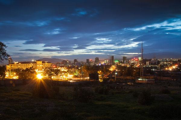 """<b>Mulugeta Gebrekidan: Addis bei Nacht I.</b> Die Bilder """"Addis bei Nacht"""" zeigen das Zentrum der Stadt. Die meisten der Hochhäuser sind hier zu finden."""